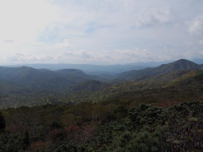 中央に羊蹄山(わずかに薄っすらと)、右が狭薄山、その右奥に(写っていないが)札幌岳
