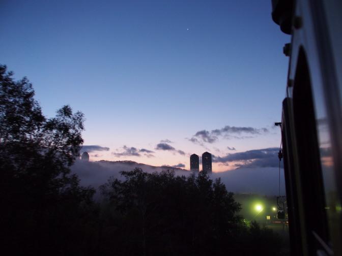 ゴンドラ出発!雲海から顔を出す「ザ・タワー」