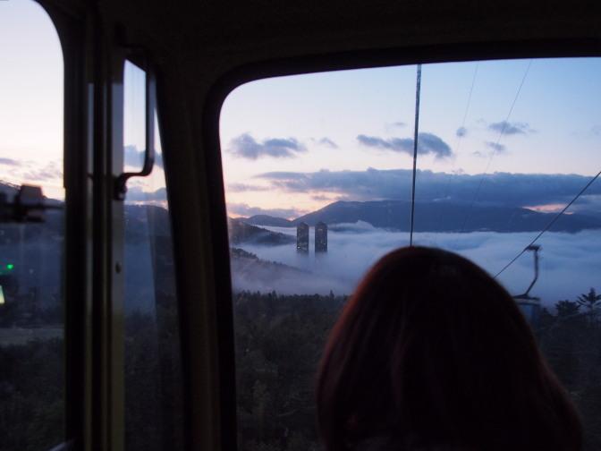 雲海ゴンドラ車内から「ザ・タワー」と雲海を望む