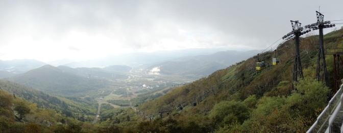 テラスからの眺め。雲海はすっかり晴れてトマムリゾート全体が一望できる(パノラマ)
