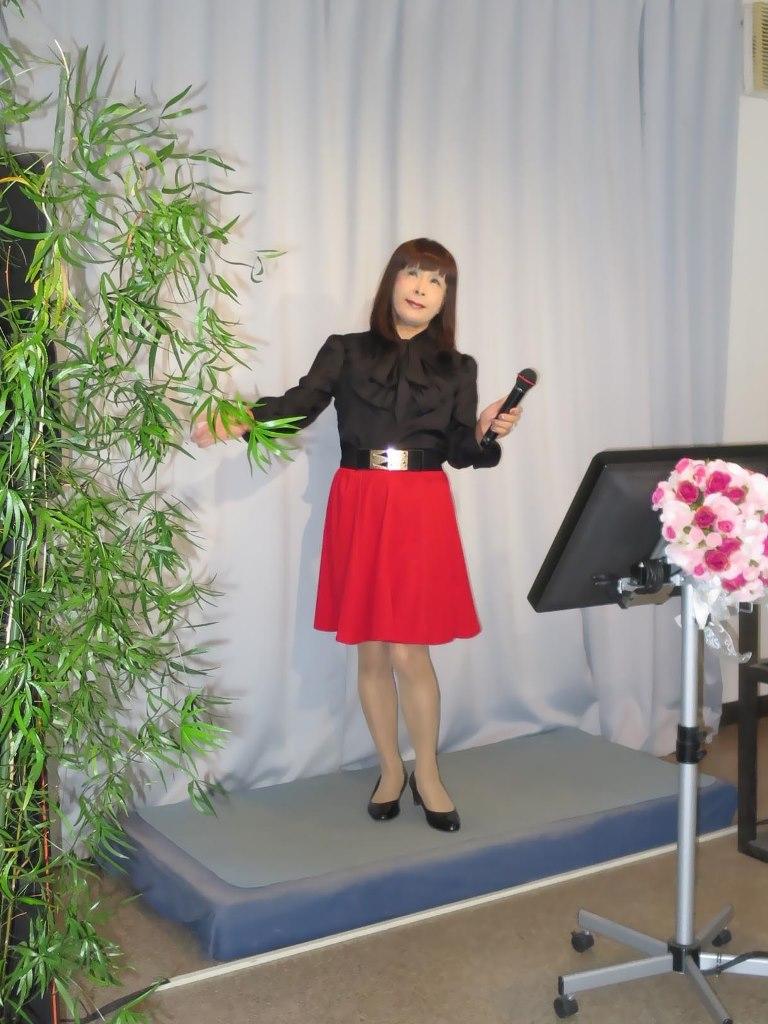 赤スカート黒ブラウスカラオケ(1)