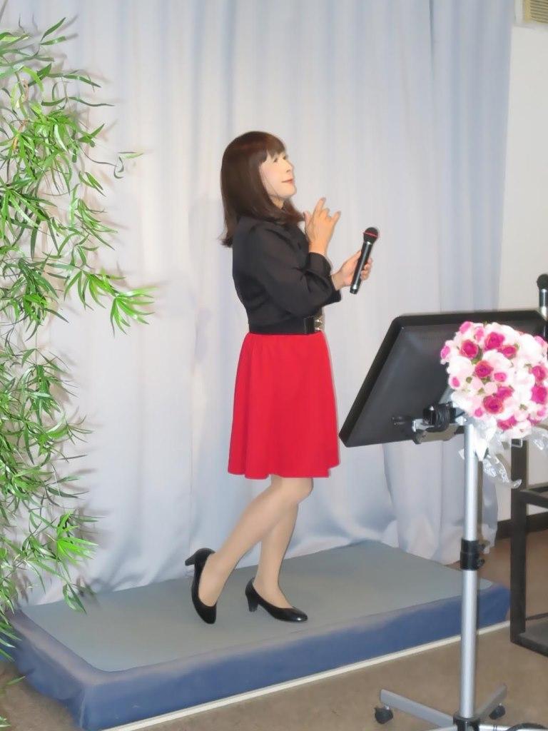 赤スカート黒ブラウスカラオケ(2)