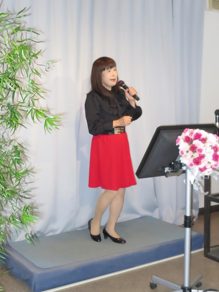赤スカート黒ブラウスカラオケ(3)