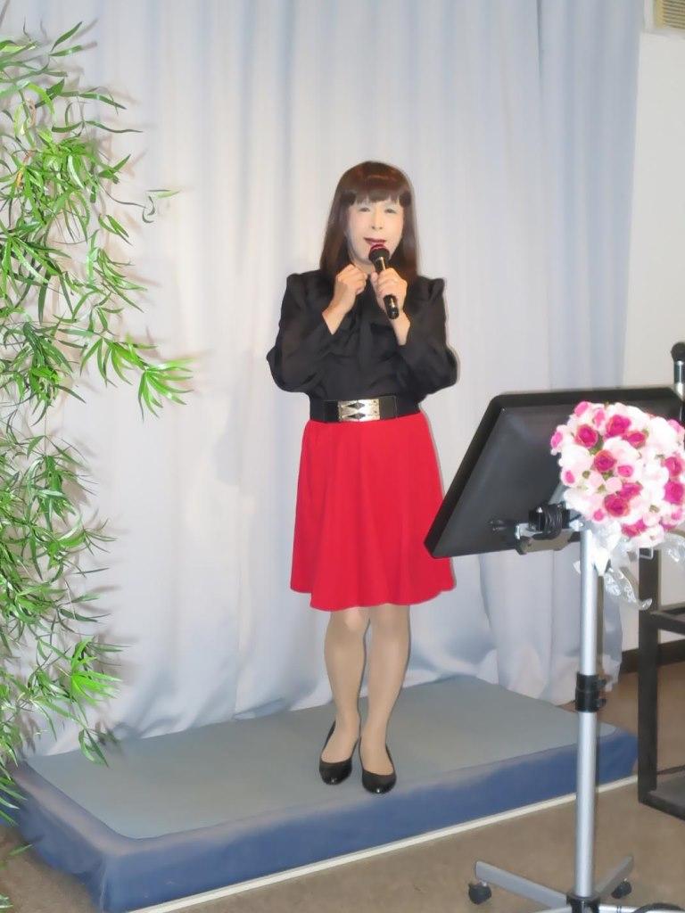 赤スカート黒ブラウスカラオケ(4)