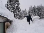 2階建ての家も雪も埋もれる