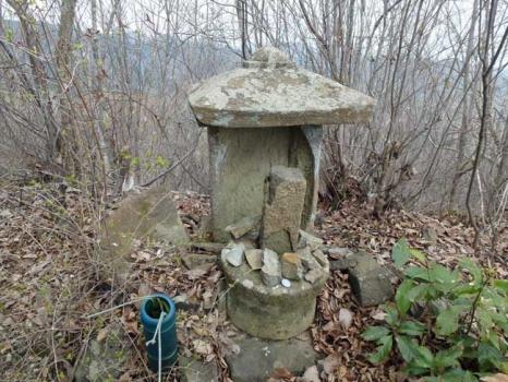 登山道に安置される石像