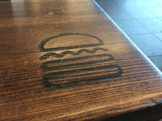 机の上のハンバーガー印