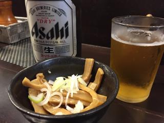 瓶ビールとサービスのメンマ