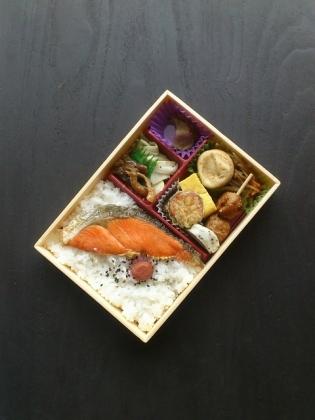東京駅駅弁屋祭にて関根屋あきたこまちの紅鮭幕の内10