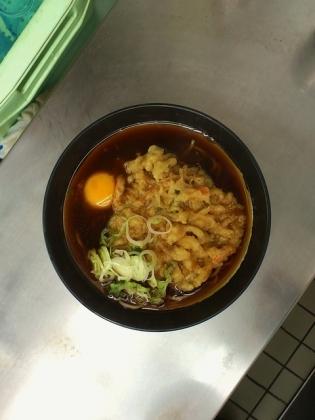 東神奈川駅ホーム、日栄軒にて天玉そば3