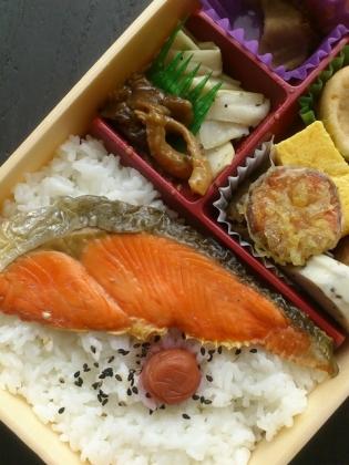 東京駅駅弁屋祭にて関根屋あきたこまちの紅鮭幕の内4