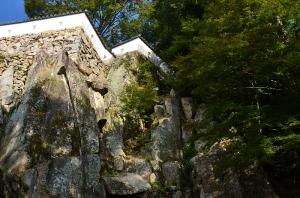 大手門跡から見た厩郭の土塀