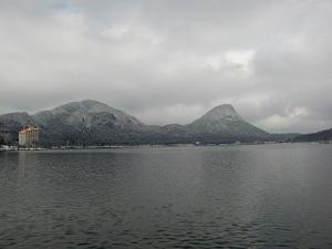 湖畔は凍ってナイ