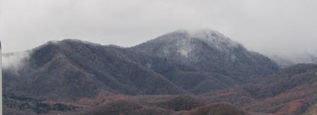雪をかぶったお山と