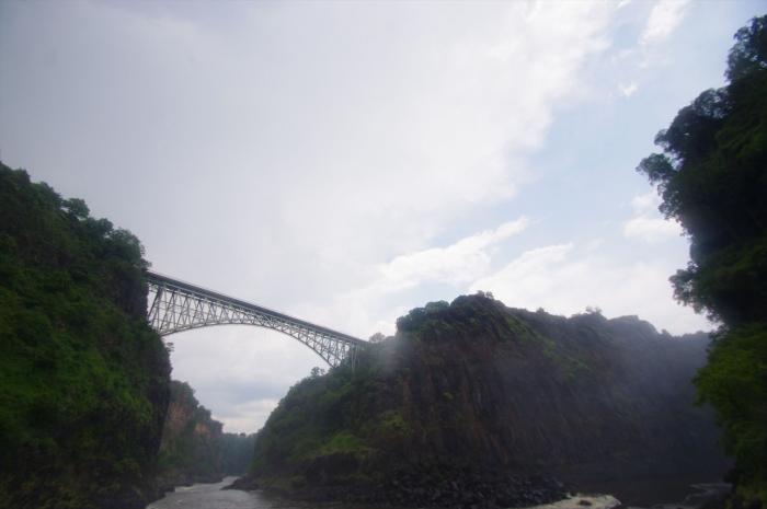 ビクトリアの滝つぼへ (11)