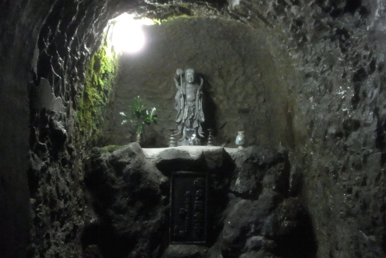 洞窟内の童子