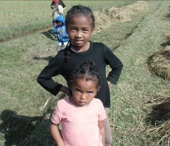 マダガスカルの丸顔姉妹