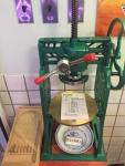 昔のかき氷製造機にはメニューとショップカード