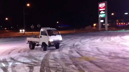 滑る軽トラック