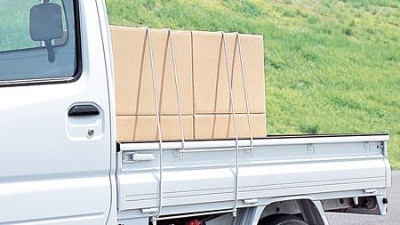 軽トラックに結ばれた荷物