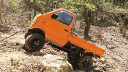 オレンジ色の軽トラック