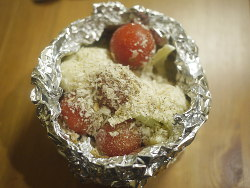 モンドールの残りにプチトマトとパン粉
