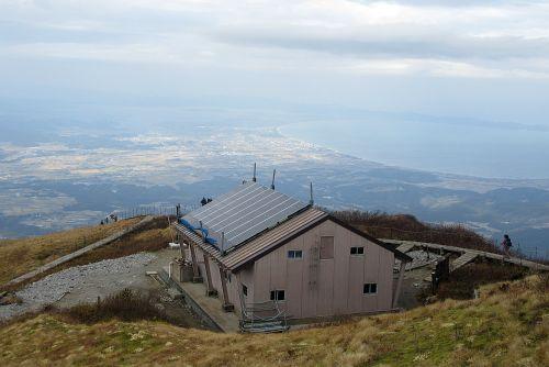 避難小屋と日本海