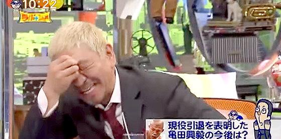 ワイドナショー画像 亀田興毅の引退後は総合格闘技に行くのかと質問した松本人志に対し、逆に「松本さんこそ」とツッコまれて笑う松本 2015年10月25日