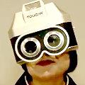 ワイドナショー画像 山口恵以子 肌に触れて見つめると撮れる不思議なカメラをかぶる山口先生 2015年11月8日
