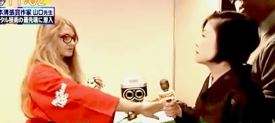ワイドナショー画像 不思議な新カメラを説明する外国人だが山口恵以子先生はさっぱり理解できず 2015年11月8日