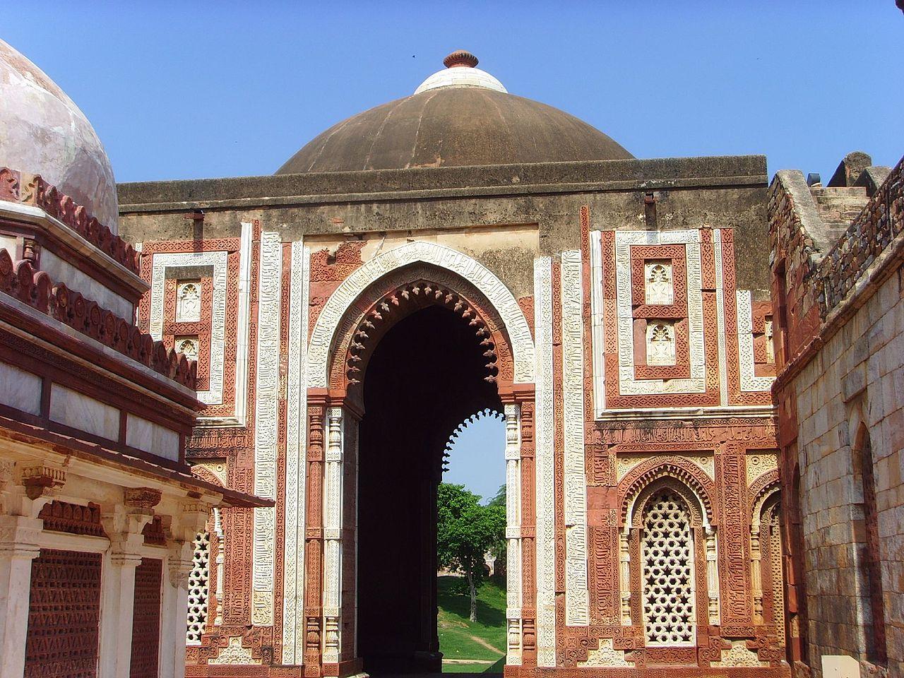 1280px-Delhi_-_Alai_Darwaza_at_Qutb_complex.jpg