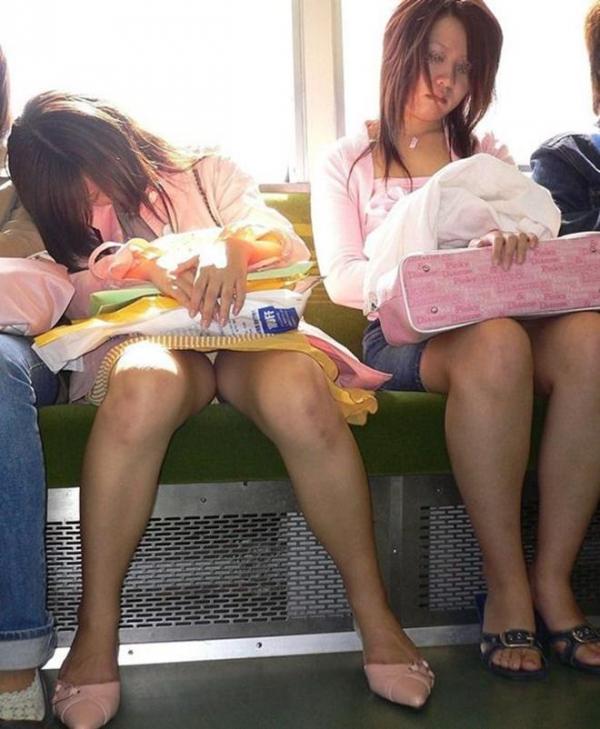 電車内パンチラ画像 8