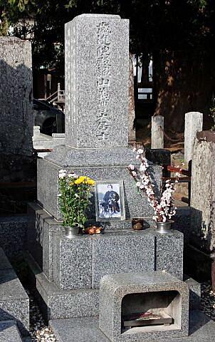 石田寺墓前