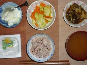 胚芽押麦入り五穀米,納豆,キャベツと人参の炒め物,茄子とキャベツの煮物,油揚げのおみそ汁,オリゴ糖入りヨーグルト
