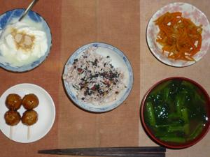 胚芽押麦入り五穀米,胡麻塩,鶏つくね×2,人参と玉葱のソテー,ほうれん草とワカメのおみそ汁,甜菜糖入りヨーグルト