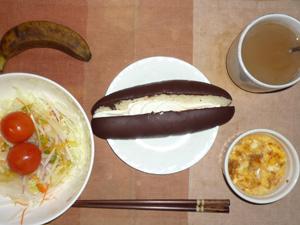 チョコクリームパン,サラダ(キャベツ、レタス、大根、トマト)青紫蘇・オリーブオイル,玉葱入りスクランブルエッグ(S),バナナ(S),コーヒー