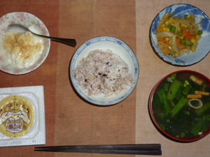 胚芽押麦入り五穀米,納豆,玉葱とミックスベジタブルのソテー,ほうれん草とワカメのおみそ汁,甜菜糖入りヨーグルト