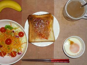 イチゴジャムトースト,サラダ(キャベツ、レタス、人参、トマト)青紫蘇・オリーブオイル,目玉焼き(S),バナナ(S),コーヒー