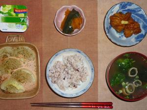 胚芽押麦入り五穀米,鶏の唐揚げ×2,カボチャの煮物,玉葱のオーブン焼き,ほうれん草とワカメのおみそ汁,ヨーグルト