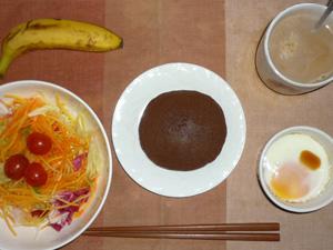チョコパンケーキ,サラダ(キャベツ、レタス、人参、トマト),目玉焼き(S),バナナ(S),コーヒー