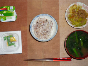 胚芽押麦入り五穀米,納豆,キャベツと大豆肉の炒め物,ほうれん草のおみそ汁,ヨーグルト