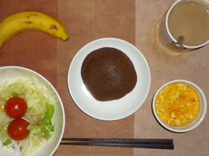 チョコパンケーキ,サラダ(キャベツ、レタス、大根、トマト)青紫蘇・オリーブオイル,スクランブルエッグ(S),バナナ(S),コーヒー