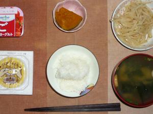 ご飯,納豆,もやしのわさび醤油和え,カボチャの煮物,ワカメとほうれん草のおみそ汁,ヨーグルト