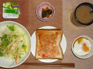 イチゴジャムトースト,サラダ(キャベツ、レタス、水菜)青紫蘇・オリーブオイル,カボチャの煮物,目玉焼き(S),ヨーグルト,コーヒー