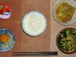 ご飯,生卵,キャベツと大豆肉の餡かけ炒め,納豆汁,ヨーグルト