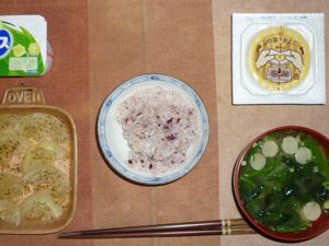 胚芽押麦入り五穀米,納豆,玉葱のハーブオーブン焼き,ほうれん草と麩のおみそ汁,ヨーグルト
