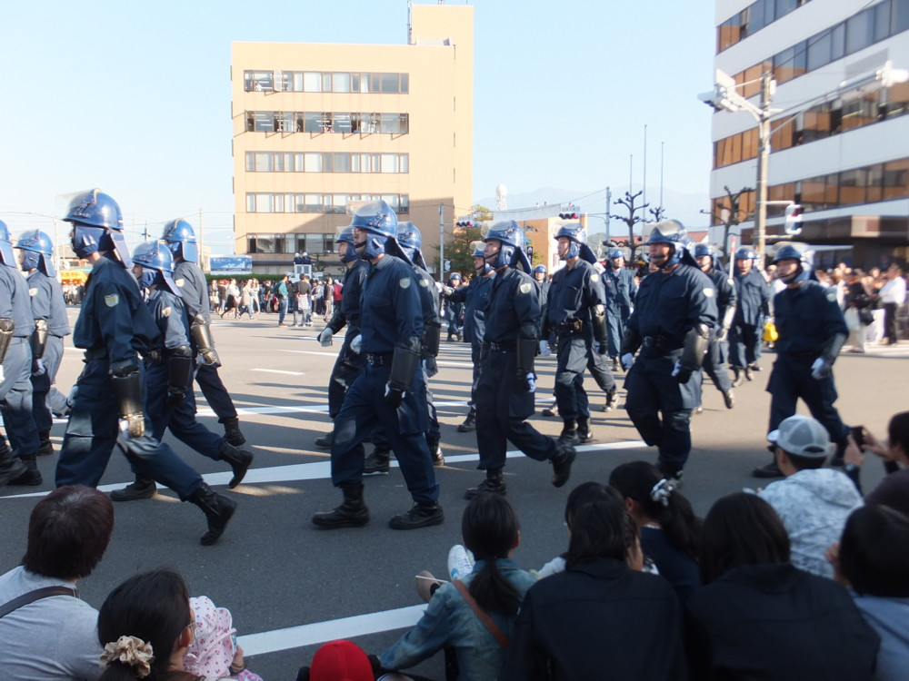 警察警備隊が控える太鼓祭り