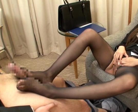 痴女OLのパンストで足コキされ騎乗位で逆レ●プされるの脚フェチDVD画像3