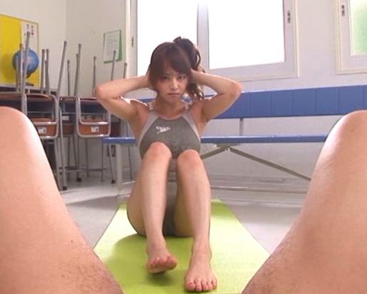 吉沢明歩が競泳水着を着用して意地悪な速射生足コキの脚フェチDVD画像1