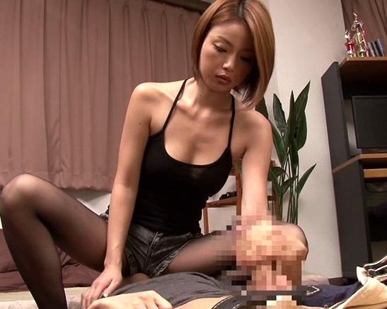 友達の姉に変態扱いされて黒パンストで足コキレ●プされるの脚フェチDVD画像3